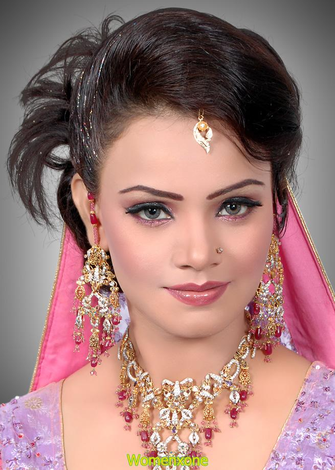 How To Do Makeup Of Bridal : Smokey Glitter Bridal Makeup